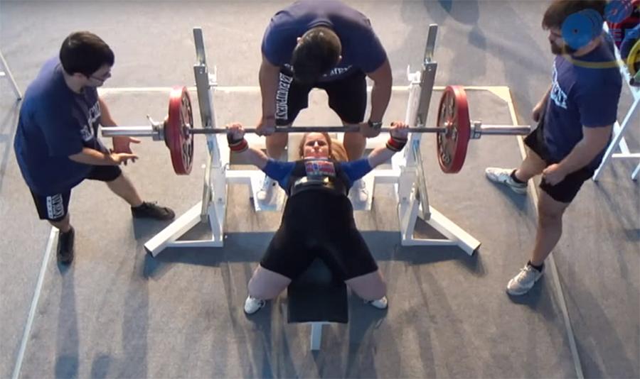 Anna Dorthea Espevik gjør seg klar for siste forsøk i benk i EM for ungdom og junior i Malaga.