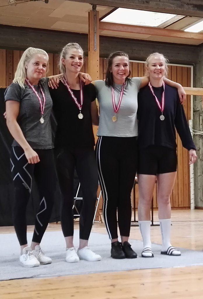 Medaljevinnerne i kvinner junior, Odins Stella Eide-Olsen til høyre.