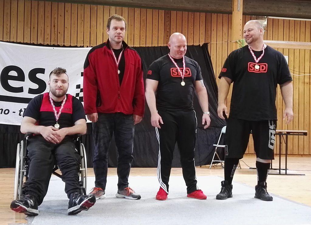Medaljevinnerne i menn åpen klasse. Odins Christian Skoge nummer to fra venstre, og Roger André Sellevoll helt til høyre.